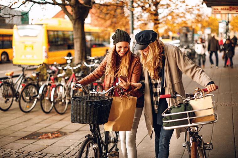 To kvinde med cykler